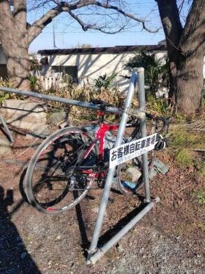 そば屋さんだけど、サイクルラックがあった