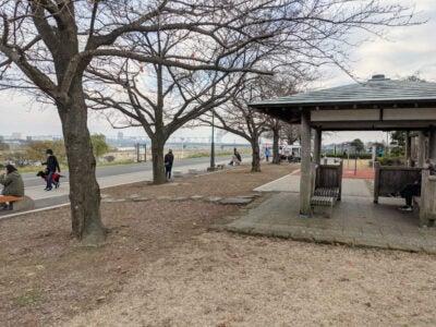 江戸川サイクリングロード沿いで休憩できる